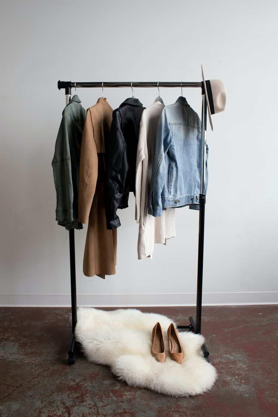 Cómo prepararse para guardar la ropa en una unidad de almacenamiento